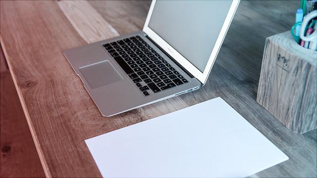 Laptop auf Tisch