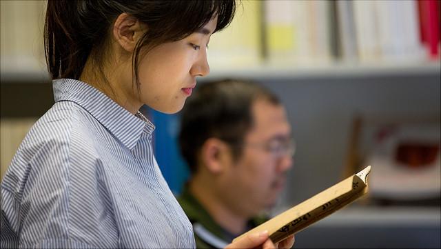 Studierende liest ein Buch