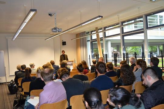 Prof.Dr.Roedl in der Diskussion