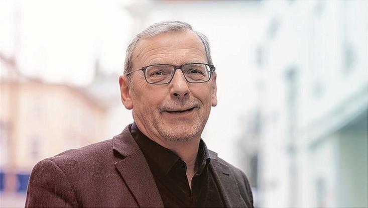 """Portrait Sighard Neckel fotografiert bei seinem Besuch in Wien vor dem Café """"Engländer"""""""