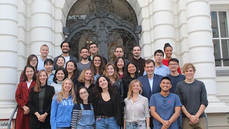 Internationale Studierende der BWL 2018 vor dem Haus der Betriebswirtschaftslehre