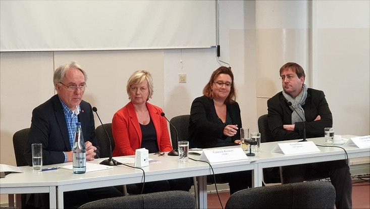 Prof. Lilienthal moderiert eine Podiumsdiskussion mit Experten