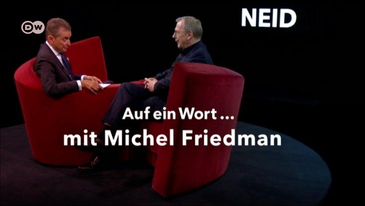 Michel Friedman und Sighard Neckel sitzen auf einem Sofa und diskutieren zum Thema Neid.