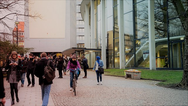 Studierende vor dem Audimax