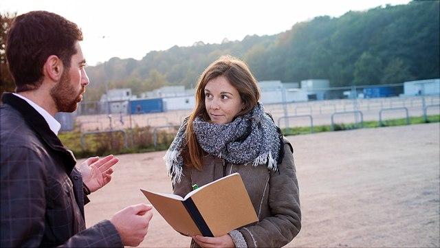 Persönliches Interview, junge Frau interviewt jungen Mann