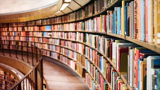 Gang in Bibliothek mit Geländer zur linken Seite