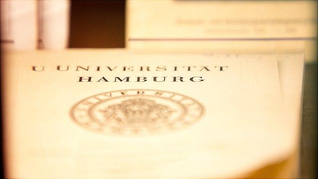 Universität Hamburg Aufschrift mit dem Logo drunter auf einem Zettel.
