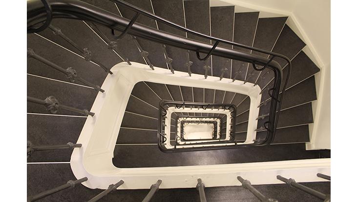 Treppenhaus von oben fotografiert. Horizontal ausgerichtet.