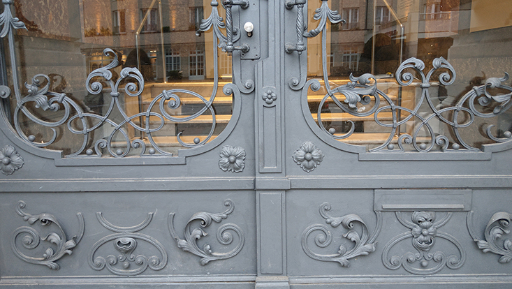 Nahaufnahme der Glastür in anthrazit am Haupteingang des Gebäudes.