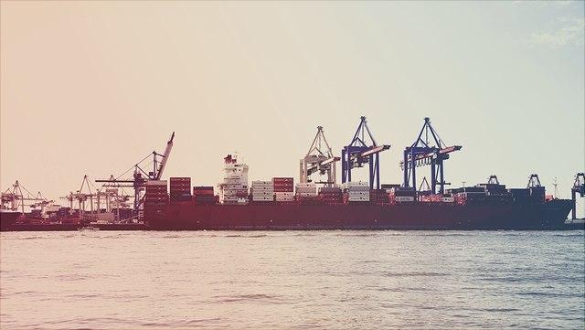 Container-Schiff im Hafen