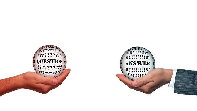Zwei Händer mit jeweils einer Kugel mit der Aufschrift Question und Answer