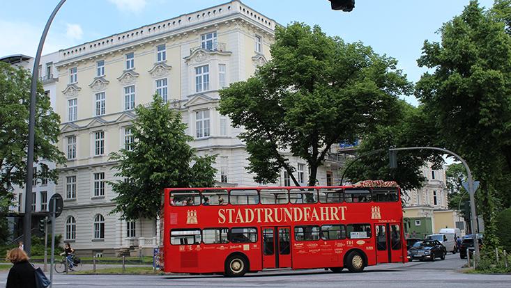 Haus der Betriebswirtschaft mit Sightseeing-Bus