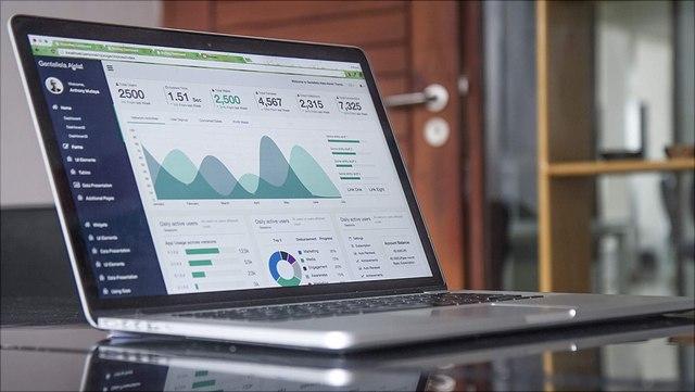 Laptop mit Statistik