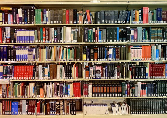 Blick auf ein volles Bücherregal