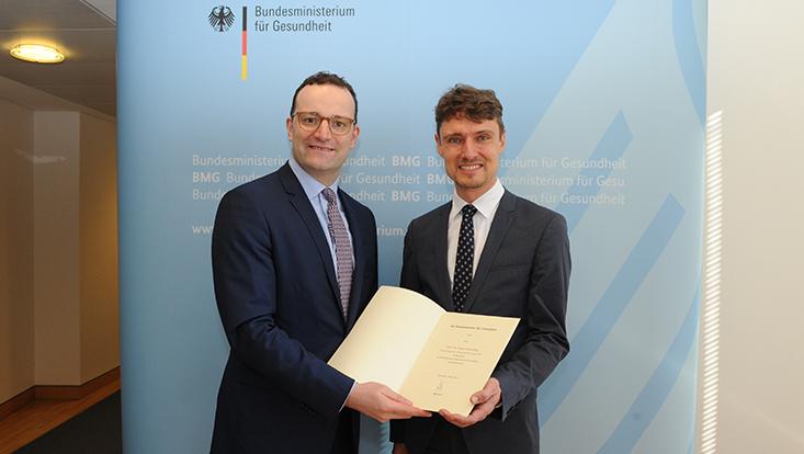 Gesundheitsminister Spahn überreicht Ernennungsurkunde an Prof. Schreyögg