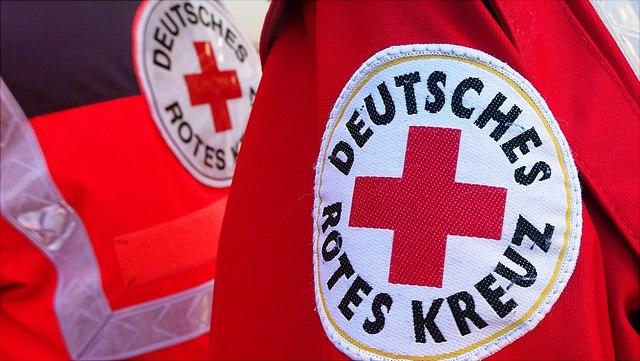 Rote Jacken mit Rot-Kreuz-Logo