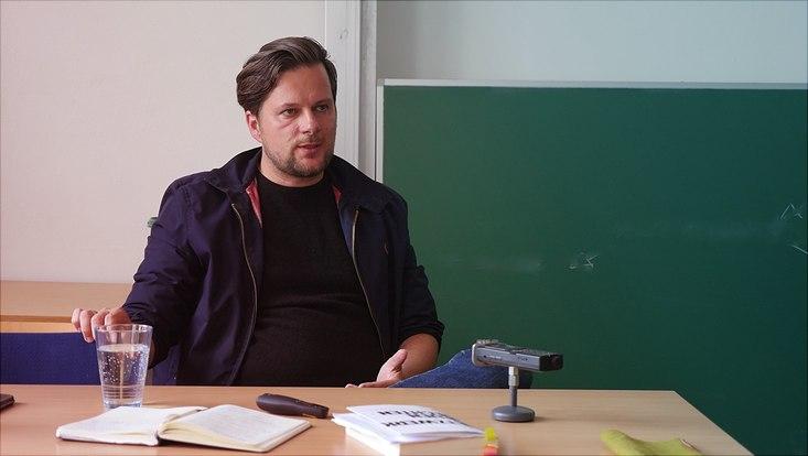 Autor Christian Fuchs spricht vor JKW-Studierenden