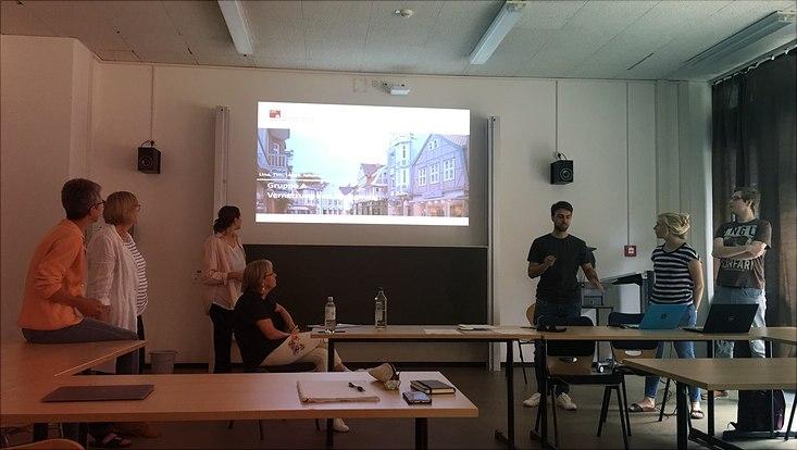 """3 Studierende und 4 Co-Forscherinnen stellen Ergebnisse zum Thema """"Vernetzung älterer Menschen"""" im Seminarraum vor"""