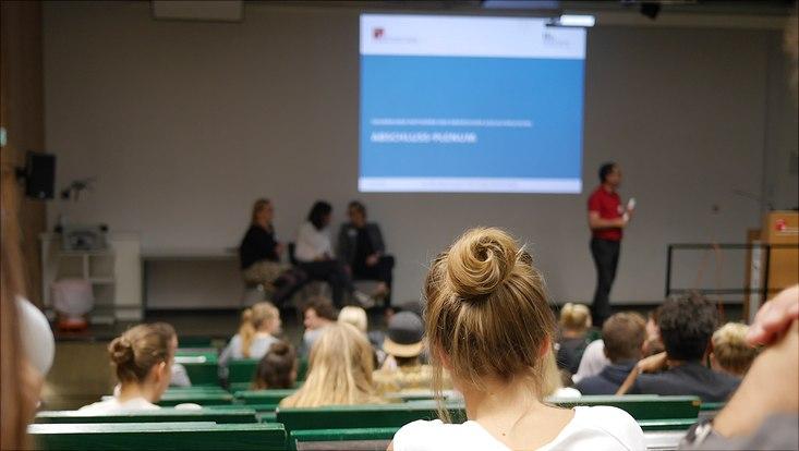 Vorlesungssaal im VMP5 mit Hinterköpfen von Studierenden
