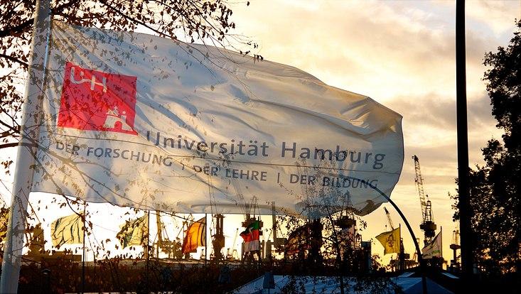 Weiße Flagge mit dem Print der Universität Hamburg