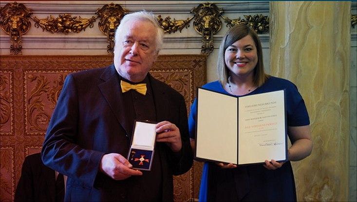 Prof. Dr. Hans von Storch (links) und Frau Katharina Fegebank (rechts) mit dem Orden und der Urkunde