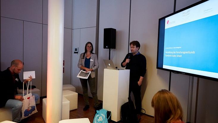 Ortrud Leßmann und Simon Weingärtner präsentieren den Forschungsverbund.