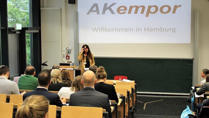 Dorothea Alewell begrüßt die Teilnehmerinnen und Teilnehmer der Jahrestagung AKempor 2019.