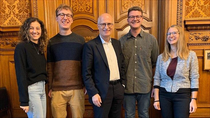 Vier JKW-Studierende beim Hamburger Bürgermeister Peter Tschentscher.