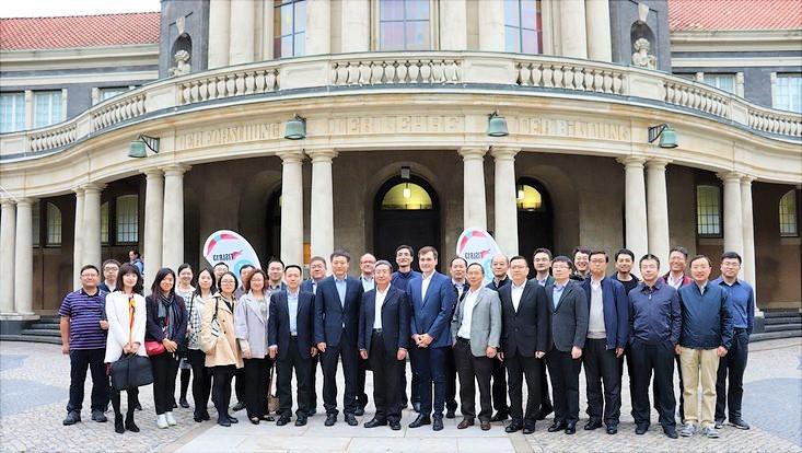 Delegation und CEO von Airbus China stehen mit Herrn Dr. Pekron vor dem Edmund-Siemers-Allee Hauptgebäude