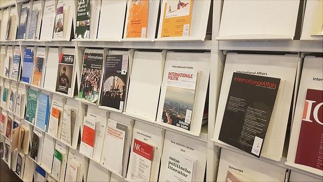 Zeitschriftenregal/journals on a shelf