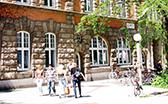 Universitätsgebäude am Allende-Platz-1 mit Studierenden