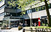 Unigebäude Von-Melle-Park 5 mit Studierenden vor dem Gebäude
