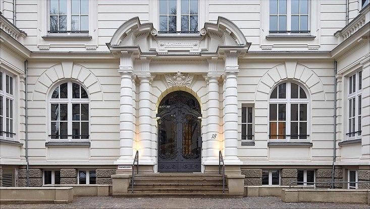 Auf dem Foto befindet sich ein Ausschnitt des Eingangsbereich des Hauses der Betriebswirtschaft in der Moorweidenstraße 18