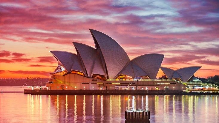 Das Opera House in Sydney vom Wasser aus bei Sonnenuntergang