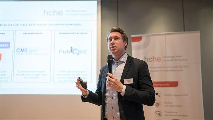 Dieses Bild zeigt den Vortrag von Dr. Mathias Bäuml.