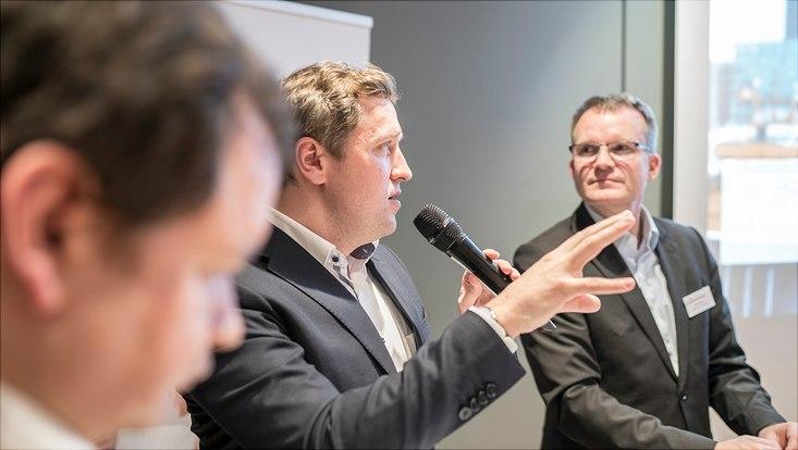 Dieses Bild zeigt Dr. Gottfried Ludewig, er hält ein Mikrofon in der Hand und beantwortet eine Frage.