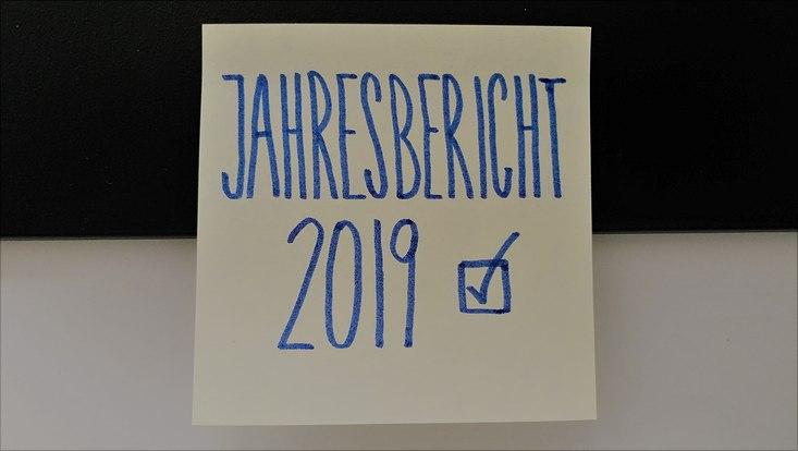 """Gelber Klebezettel mit """"Jahresbericht 2019"""" als abgehaktes To-Do"""