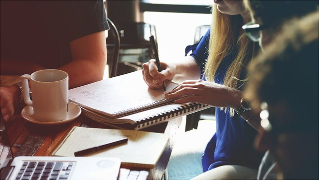 Studierende arbeiten gemeinsam an einem Tisch