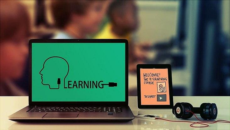 Es ist ein Rechner mit Inhalten zum e-Learning zu sehen.
