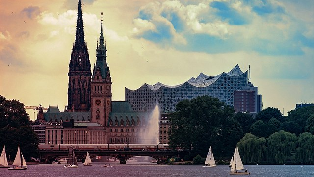 die Alster mit dem Hamburger Rathaus und der Elbphilharmonie im Hintergrund