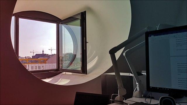 Blick in den Himmel aus einem Bürofenster im 5. OG der Esplanade 36