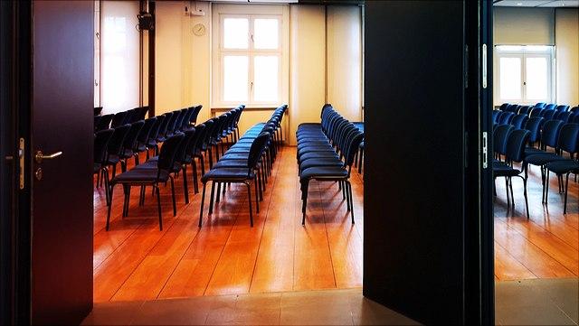 Blick durch die Türen zum Seminarraum 4011-13