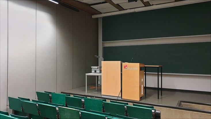 Hörsaal mit Stehpult für Vorträge