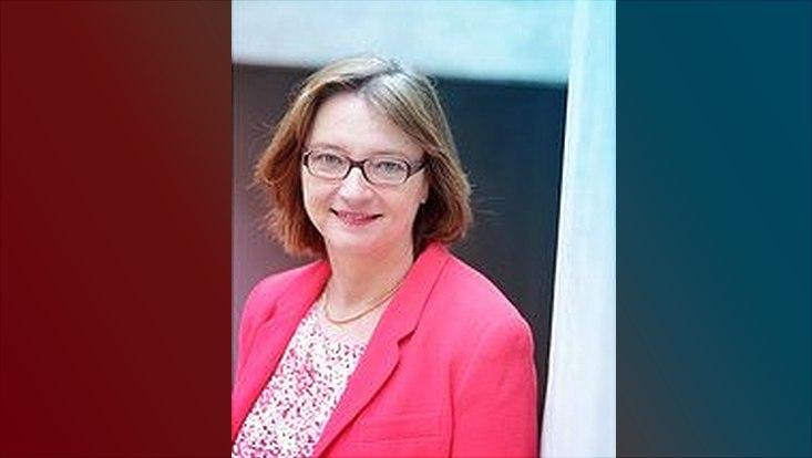 Weibliche Person (Prof.Dr.Rastetter) mit braunen Haaren, Brille und rosanem Blazer
