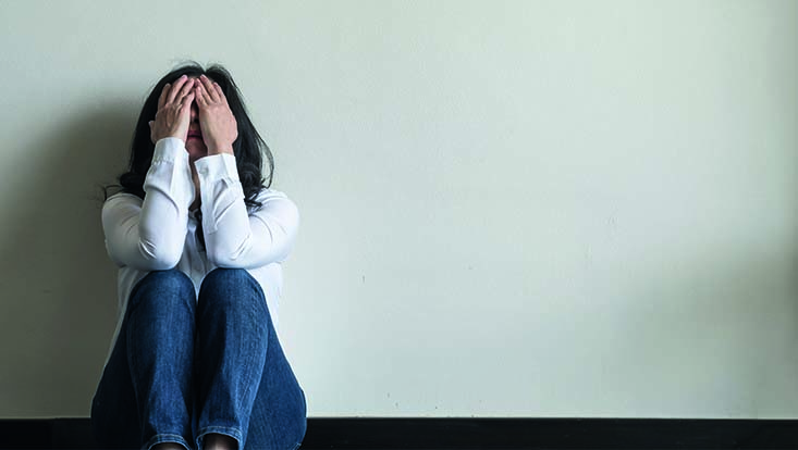 Frau mit psychischen Problemen in stationärer Einrichtung