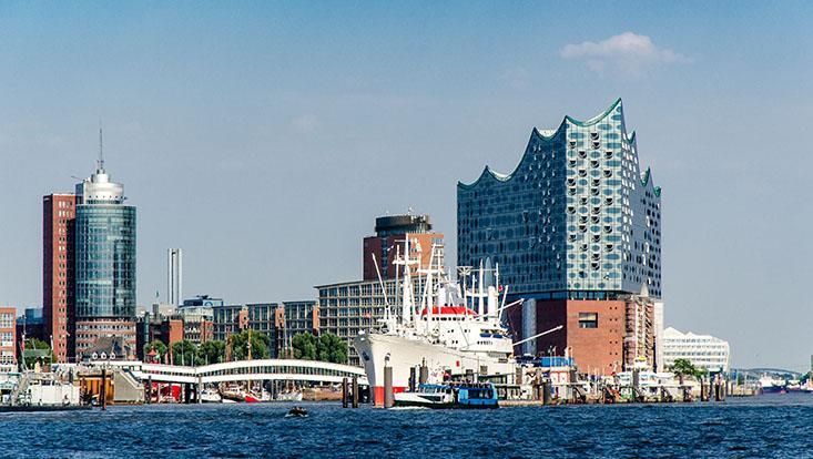 Dieses Bild zeigt den Hamburger Hafen zusammen mit der Elbphilharmonie.