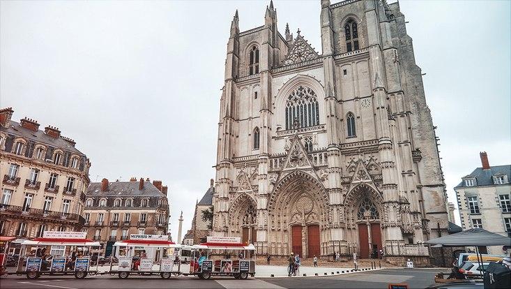Cathédrale Siant Pierre et Saint Paul Nantes, auf dem Platz davor fährt eine Straßenbahn