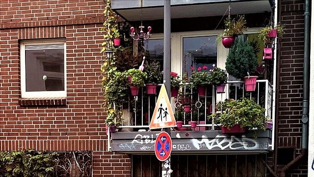 Ein Balkon mit pinkem Deko