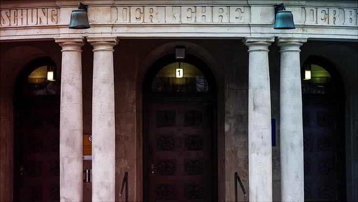 Der Forschung - Der Lehre - Der Bildung - Inschrift am Hauptgebäude der Universität Hamburg
