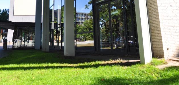 Ecke eines Hörsaalgebäudes